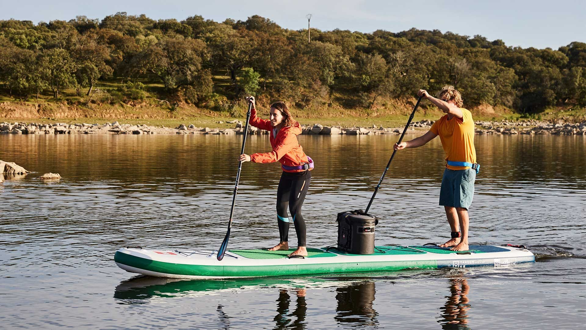 2 persoons stand up paddle board